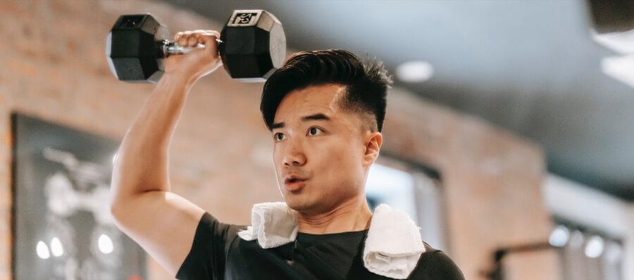 man single arm shoulder press